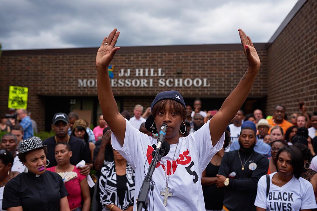 卡斯蒂爾(Philando Castile)的女友Diamond Reynolds,在他生前工作的學校為他舉行守夜活動。
