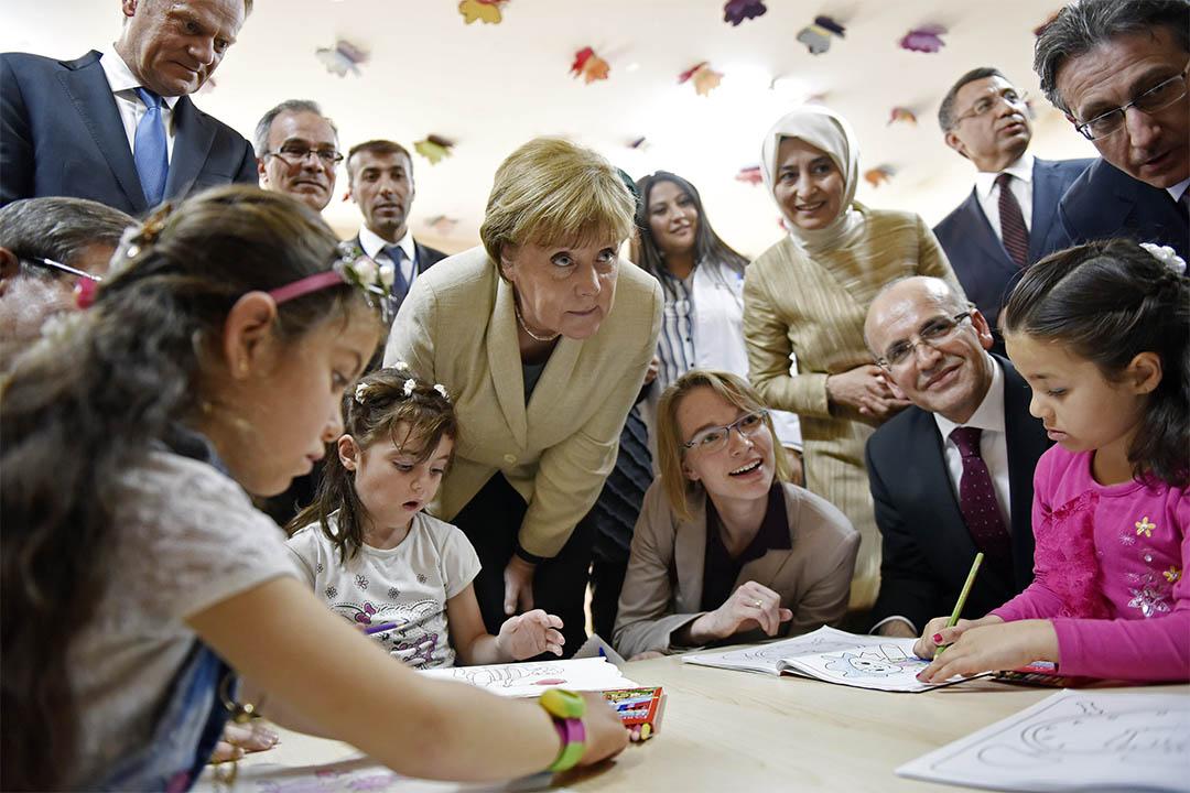2016年4月23日,德國總理默克爾訪問一個土耳其難民營。
