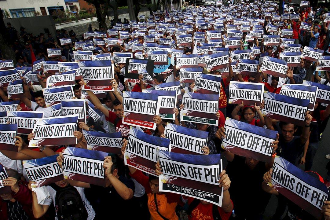 示威者在註菲律賓中國領事館外抗議。