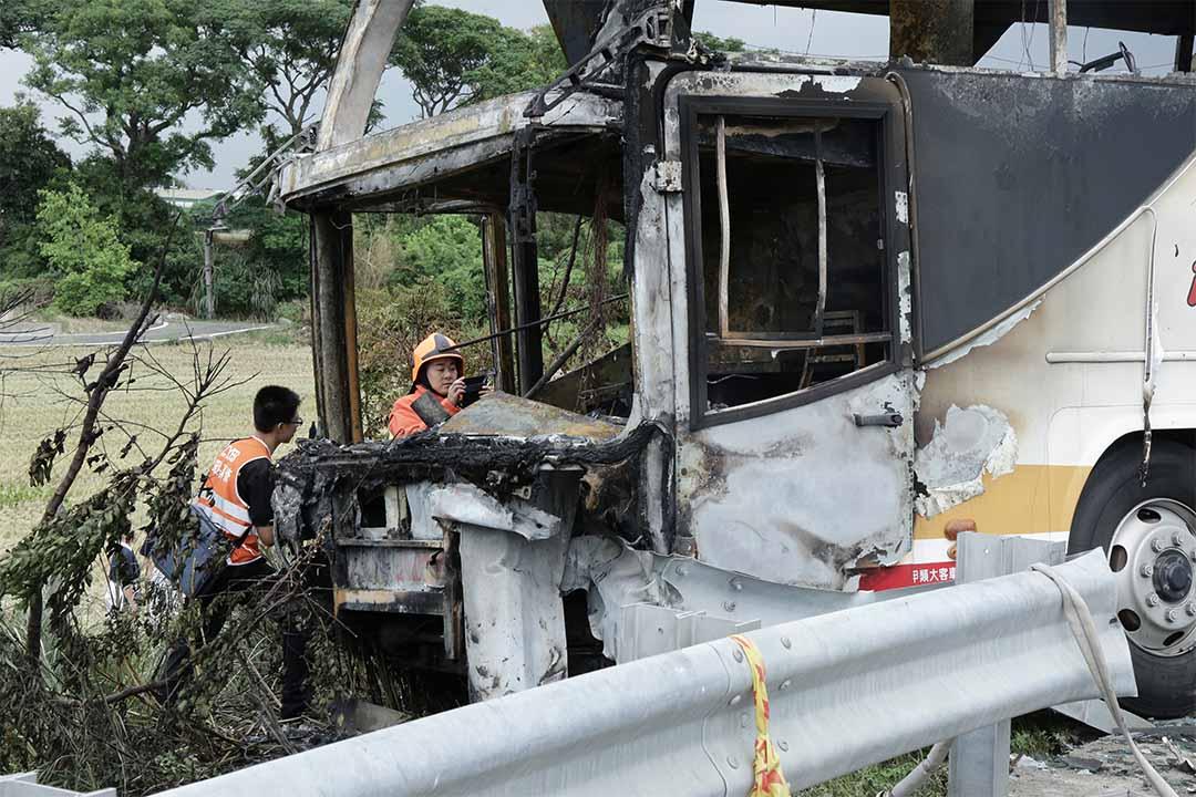 2016年7月19日中午,台灣國道二號機場聯絡道西向2.8公里處發生遊覽車撞擊路邊護欄後起火事故,導致車上26人全部遇難,警方和消防人員在現場調查。