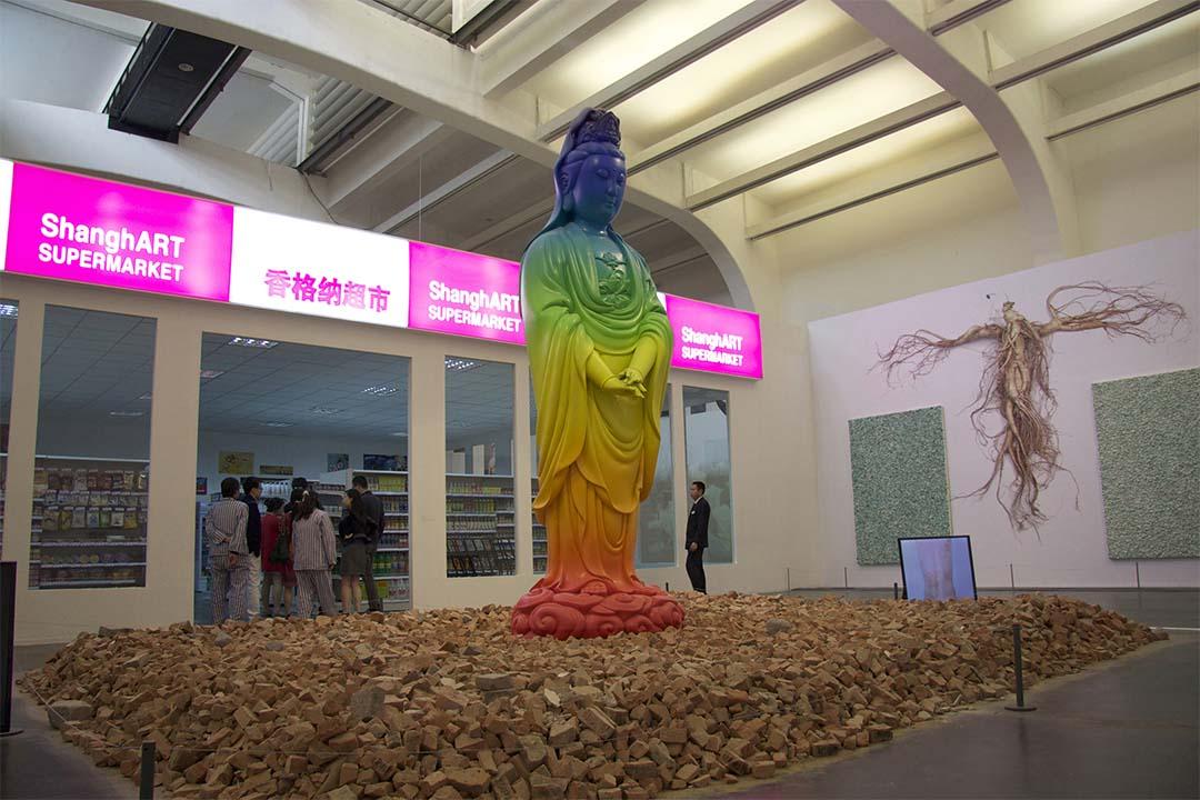 2014年「徐震:沒頂公司出品」展場分四部分,香納大超市入口的觀音提醒觀眾,當代藝術如宗教被朝拜,卻原是錯覺幻像。