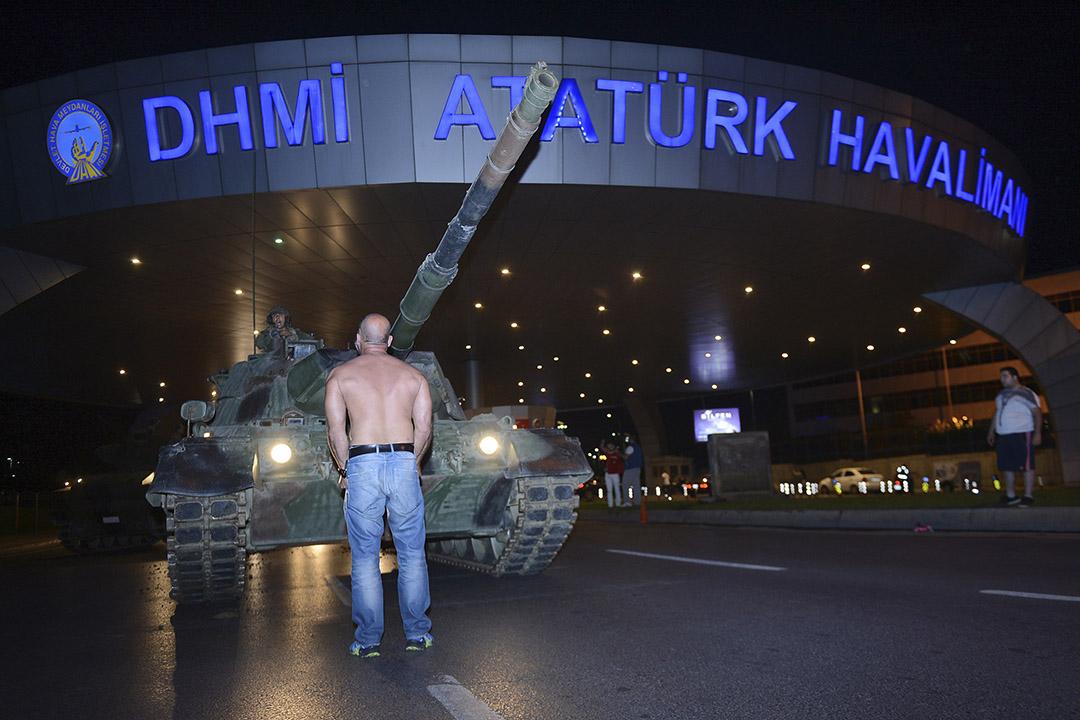 2016年7月16日,土耳其伊斯坦堡,在機場,有人阻止坦克前進。
