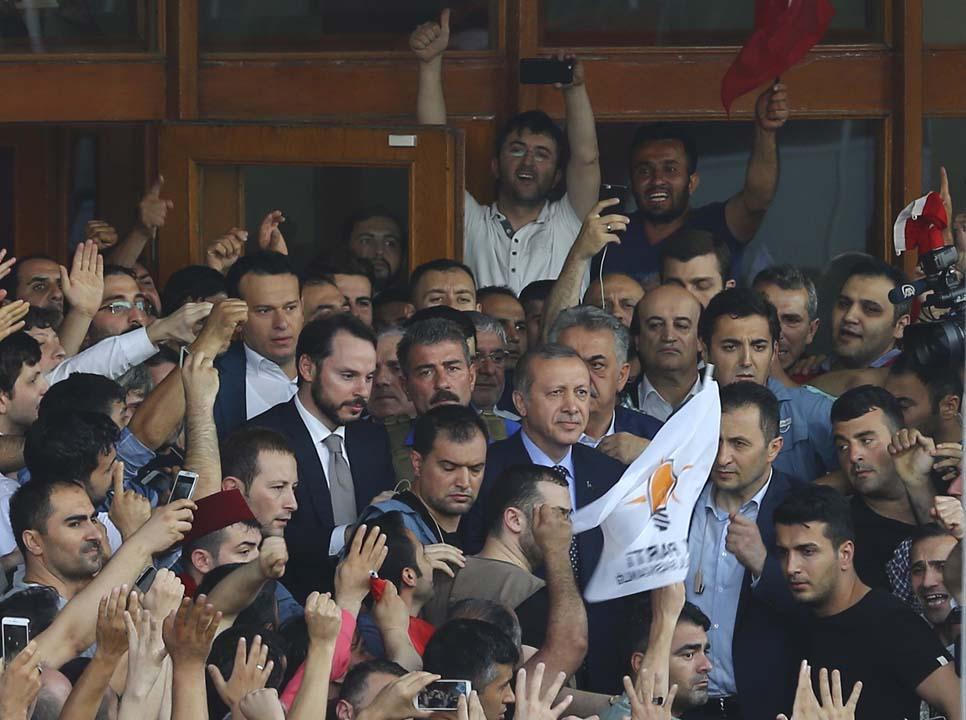 土耳其總統埃爾多安步出機場受大批民眾歡迎。