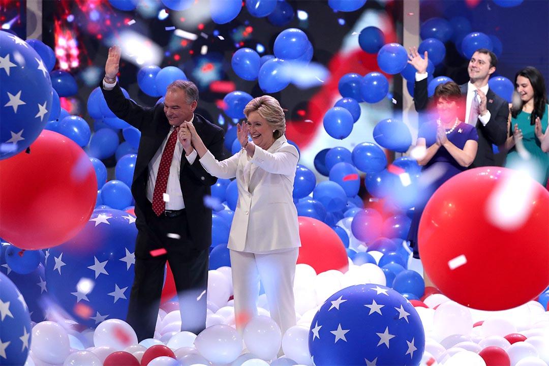 2016年7月28日,美國民主黨全國代表大會,希拉莉與副總統參選人凱恩向支持者揮手。