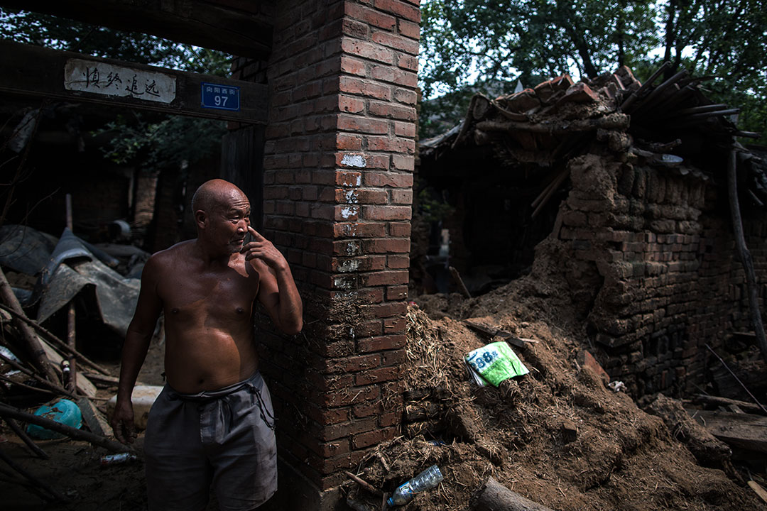 邢台市大賢村,一名房屋被沖毀的災民。