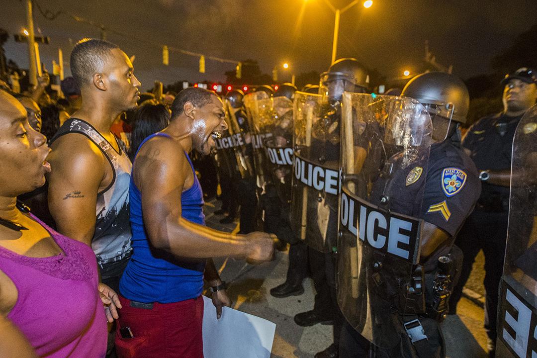 洛杉磯示威者和警員對峙。