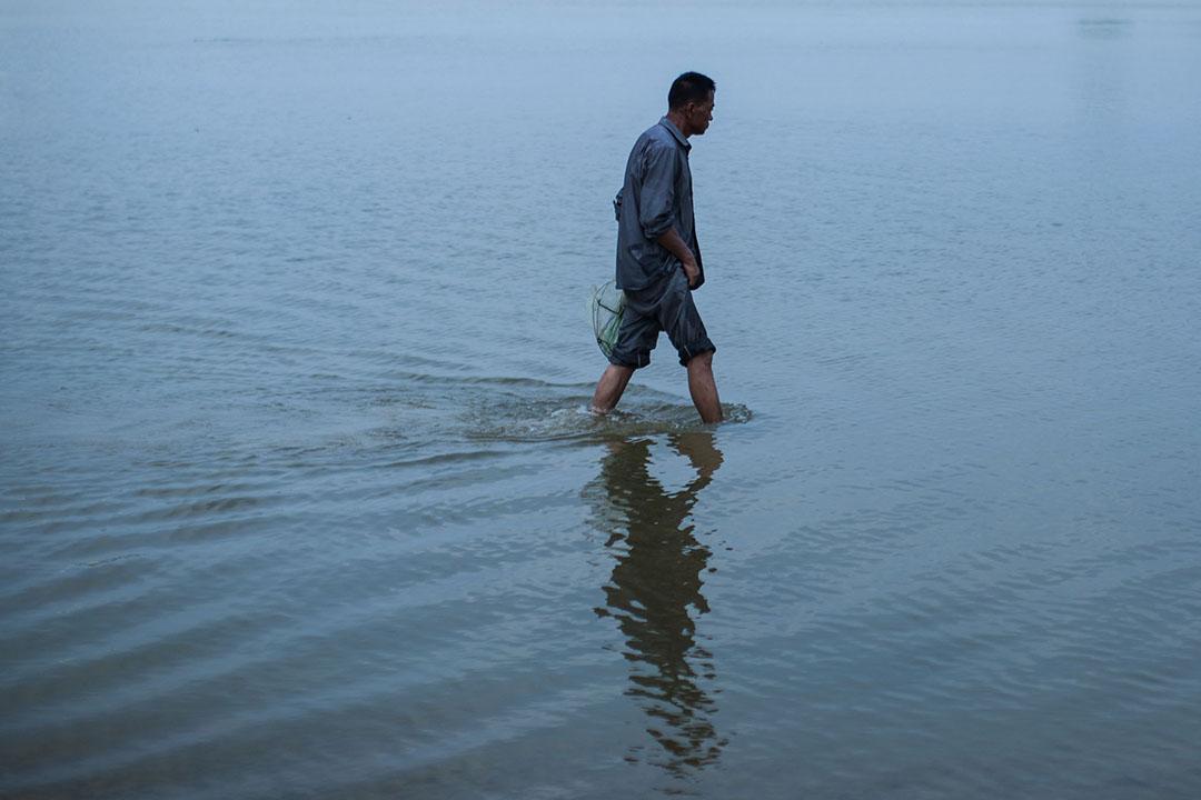 邢台市七里河,村民在河中尋找物件。
