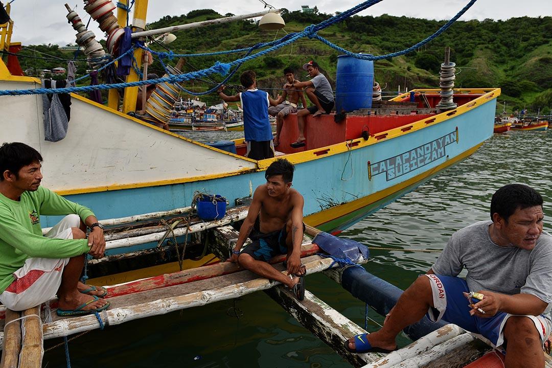 一艘菲律賓漁船停泊在岸邊,漁民們等待補給再次出航。