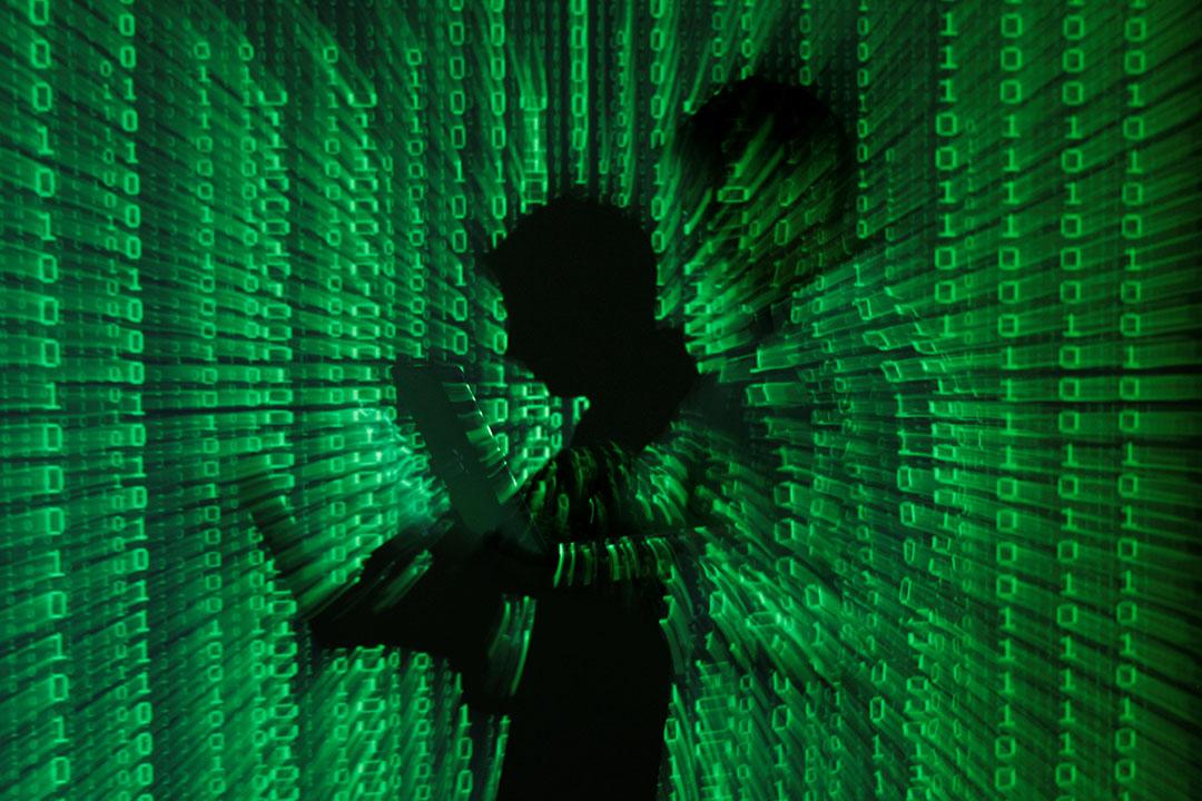 在被遮蔽了多年之後,我們終於衝破算法與超鏈接的迷霧,目睹了世界的四分五裂。圖為將二維碼打在一名使用電腦的人身上。