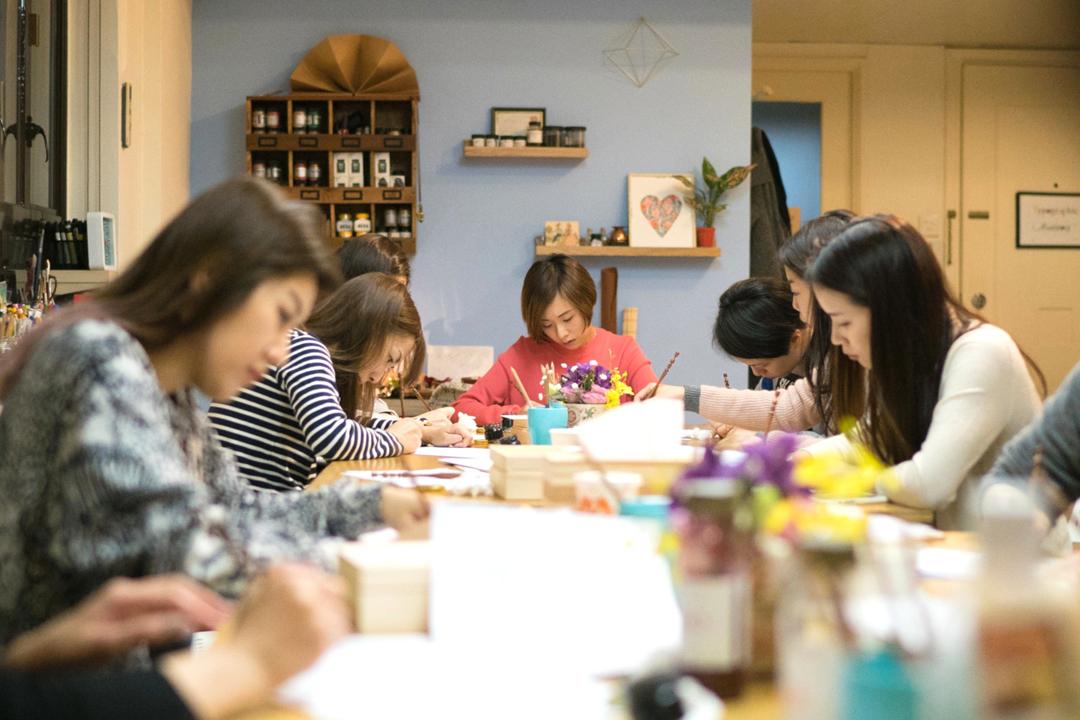 Kalo Chu在香港開辦的西洋書法工作坊境況。