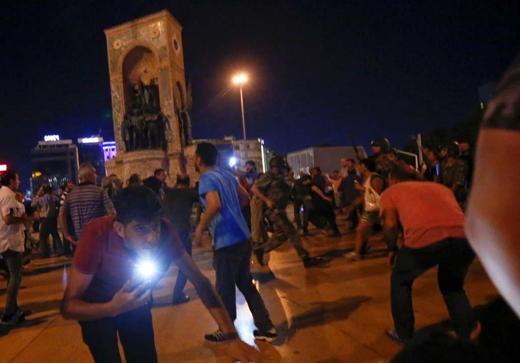 總統支持者與軍方發生衝突。