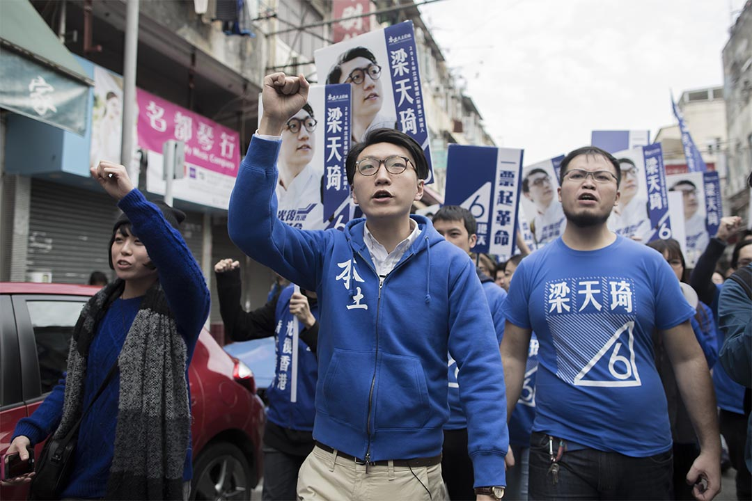 圖為2016年2月28日,新界東補選當日梁天琦在街頭上拉票。