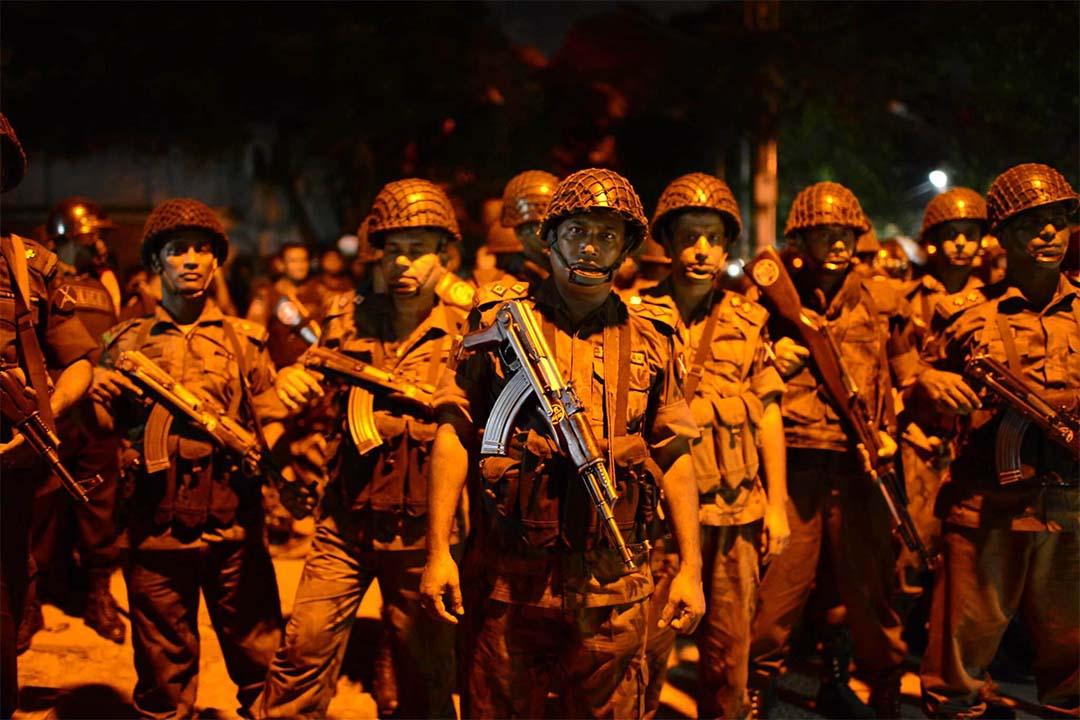 2016年7月2日,孟加拉軍人正在發生劫持事件的餐廳站崗。