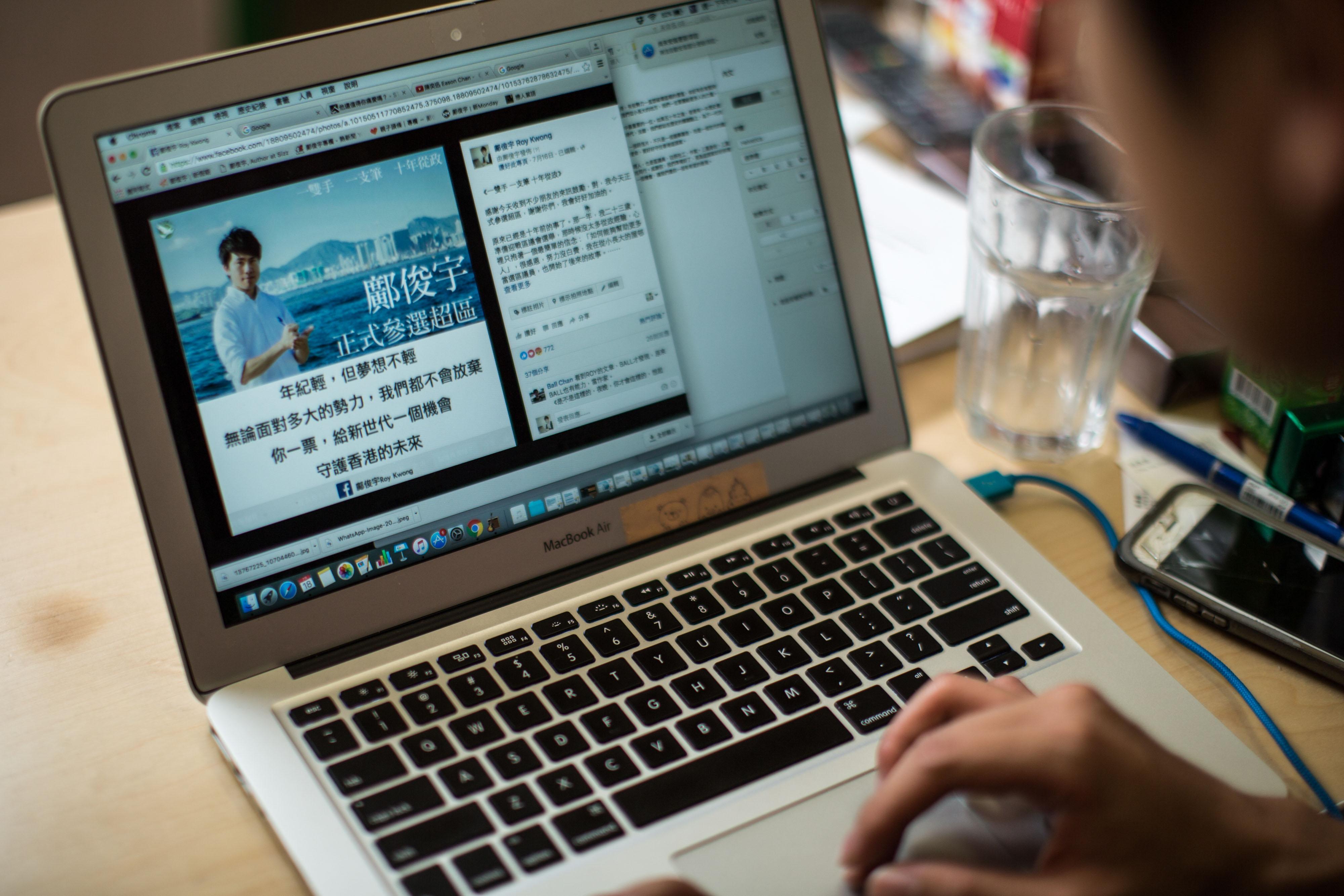 鄺俊宇這名字一直活躍於網絡世界,他的專頁有16萬5千個讚好,比不少歌星藝人更「紅」。