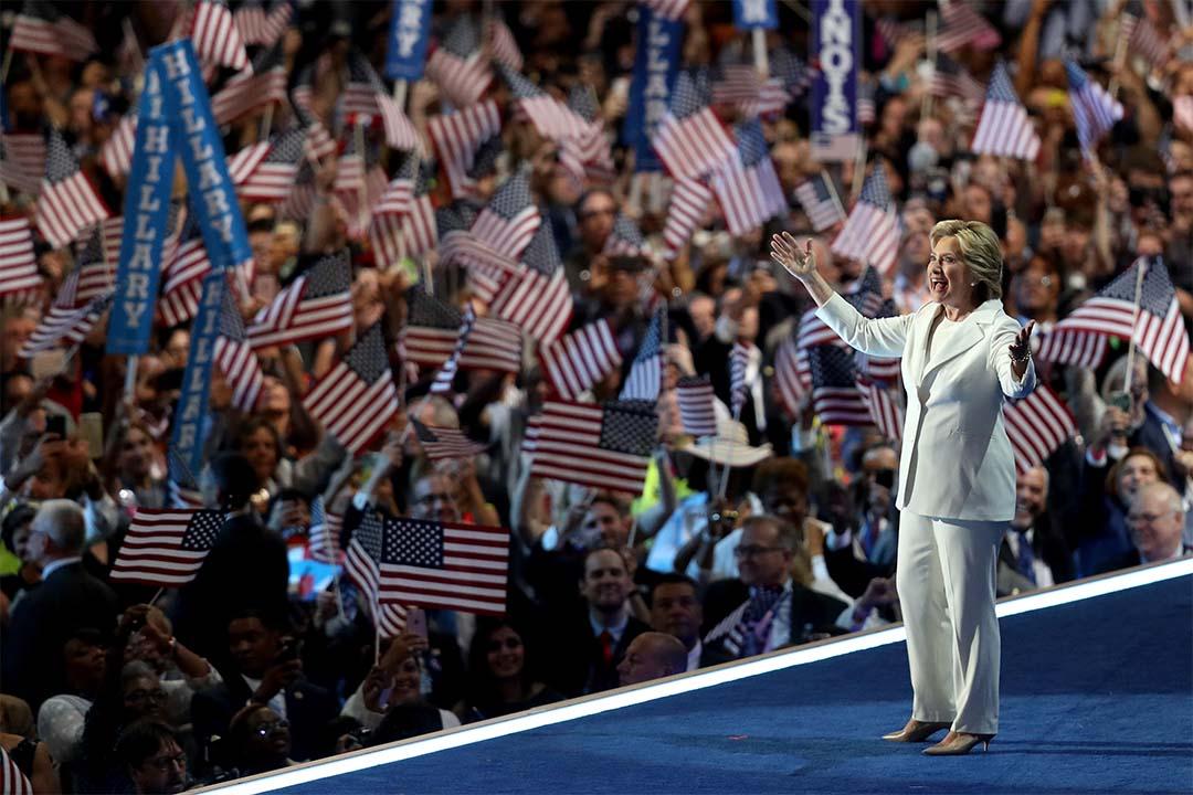 2016年7月25日,民主黨全國代表大會中,希拉莉向支持者致謝。
