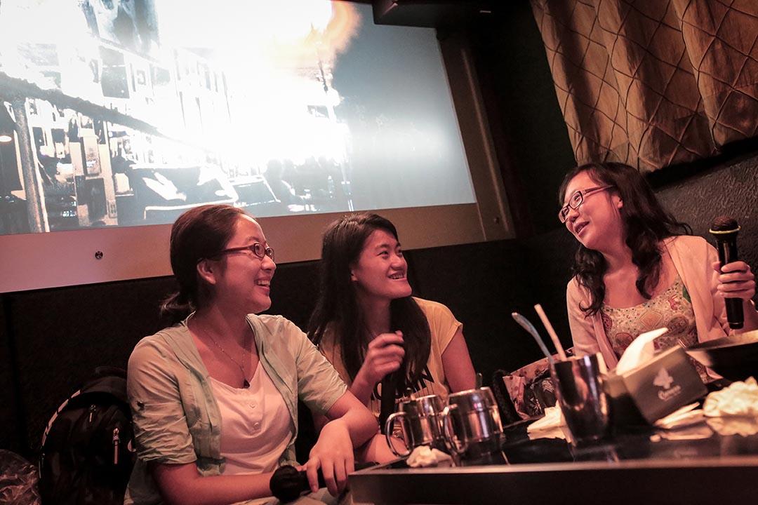 丹陽與一班港漂朋友在KTV。