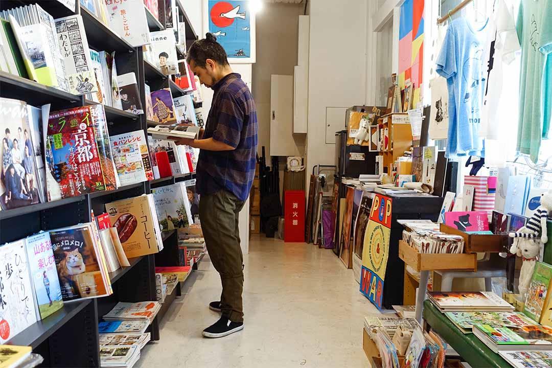 近門口處擺放雜誌的空間,能找到大眾化的雜誌,也能找到自資出版的。