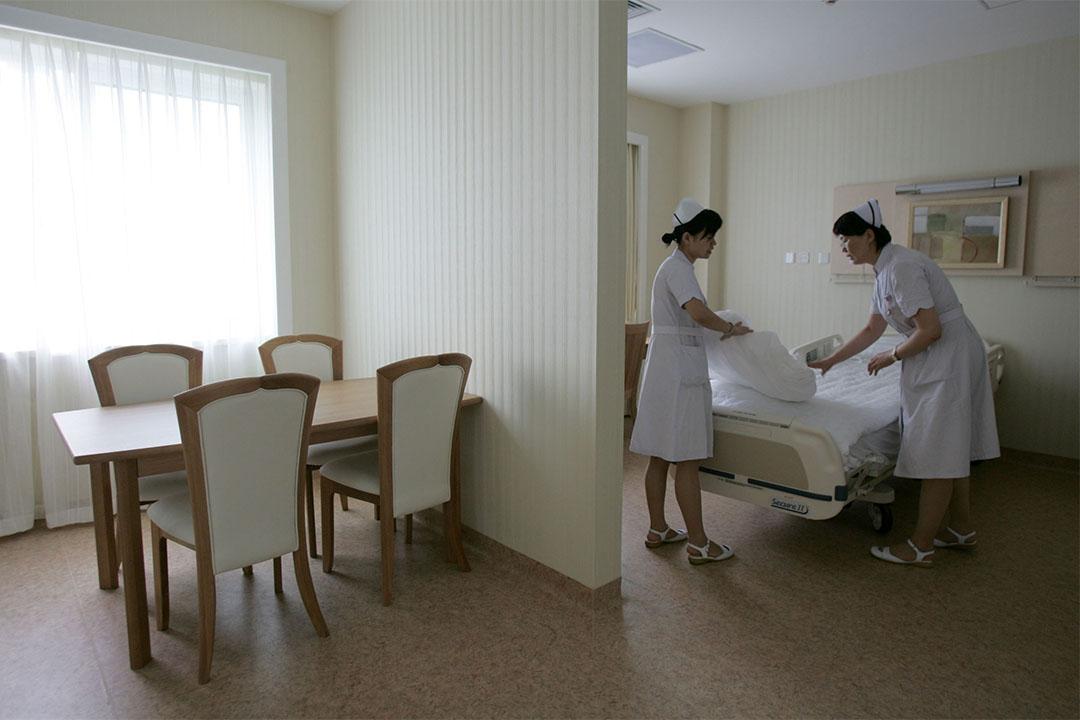 中國頒布互聯網廣告管理暫行辦法,醫療廣告未經審查不得發布。圖為護士在整理專用病房。
