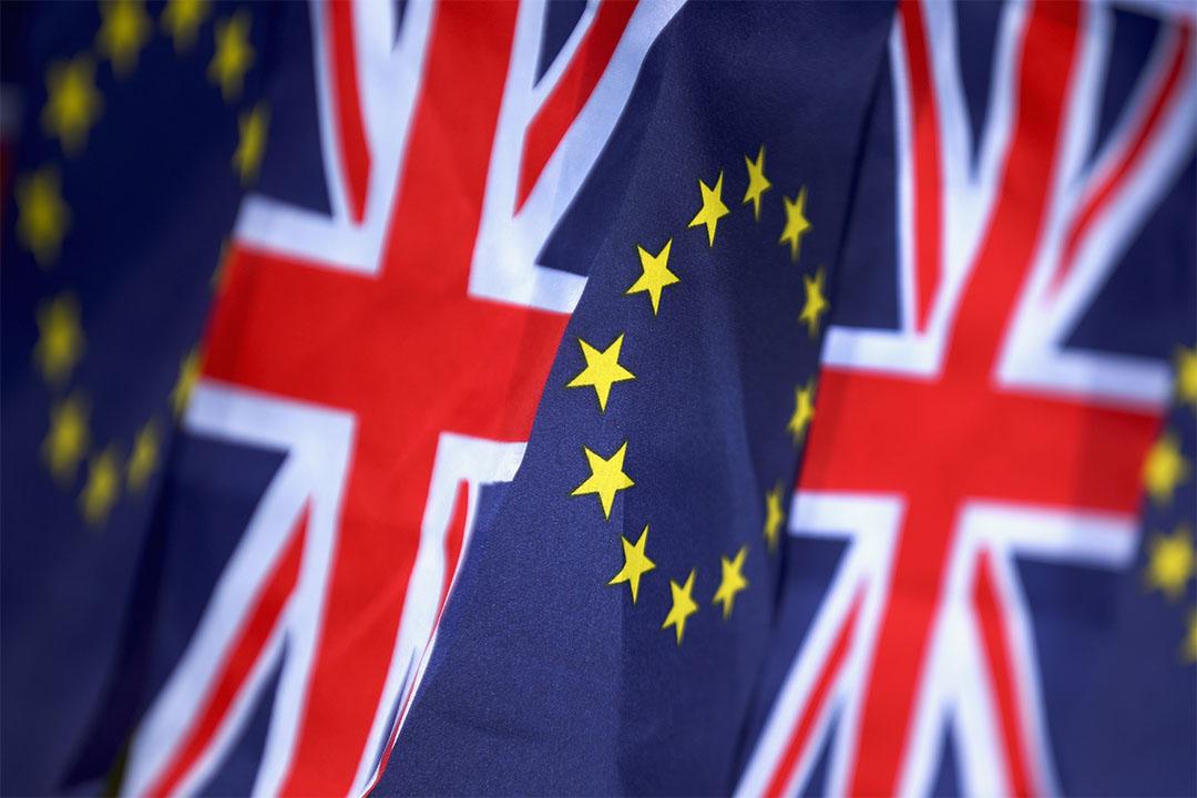 圖為英國及歐盟旗幟。