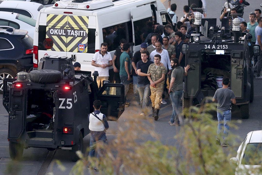 警察拘捕土耳其士兵。