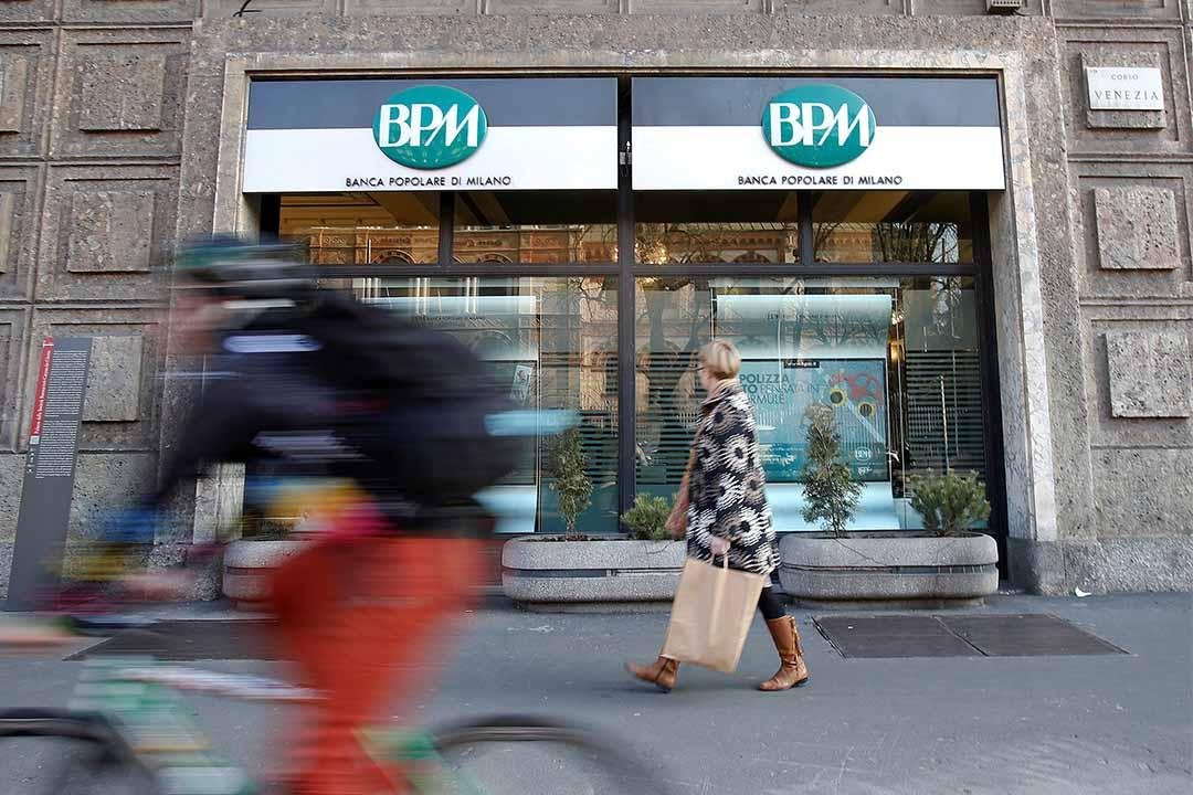 2016年1月29日,一個女士走過意大利米蘭一家銀行。