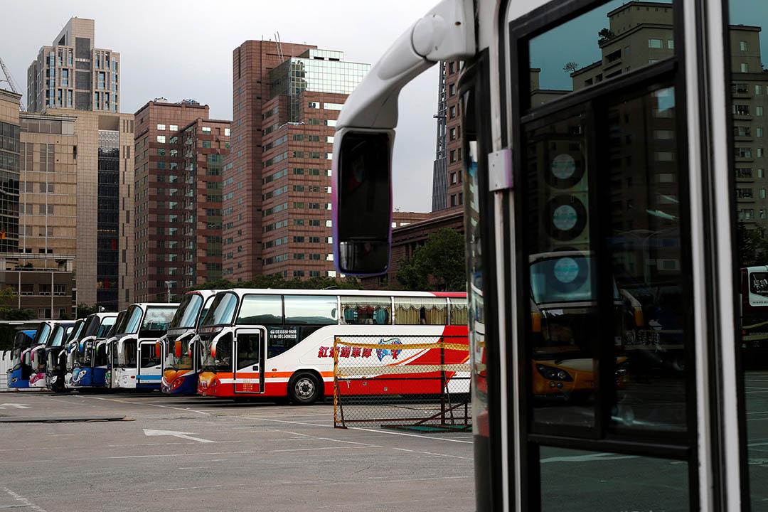 旅遊巴士在停車場等待接送光觀客。