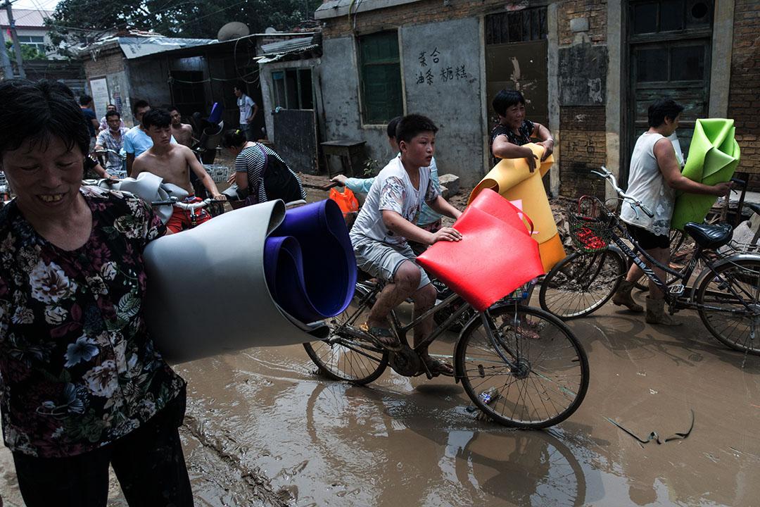 邢台市大賢村,災民領取救援物資。