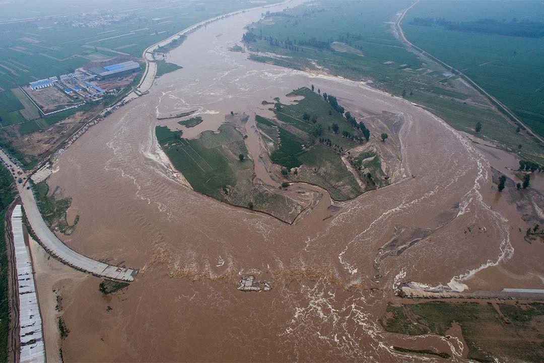 河北刑台市有農田和道路被水淹沒。