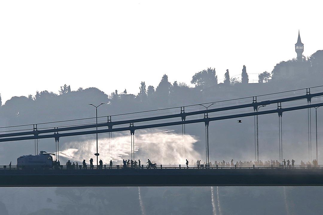 警方用水炮驅散反政府武裝分子。