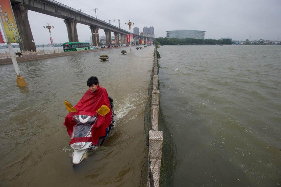 中國湖北省武漢橋面被水淹沒。