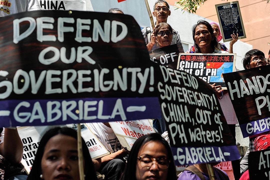 示威者在中國領事館前抗議中國就南海主權爭議的言論。