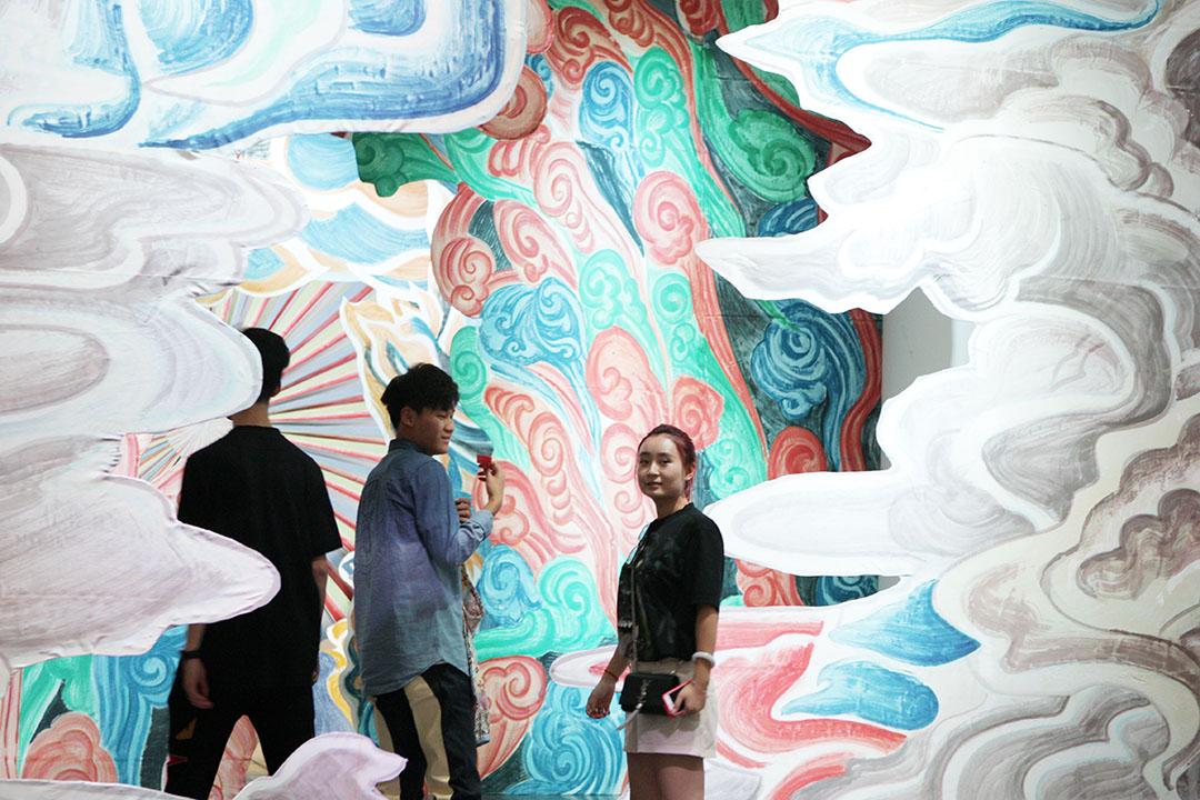 游客参观尤伦斯当代艺术中心艺术品。
