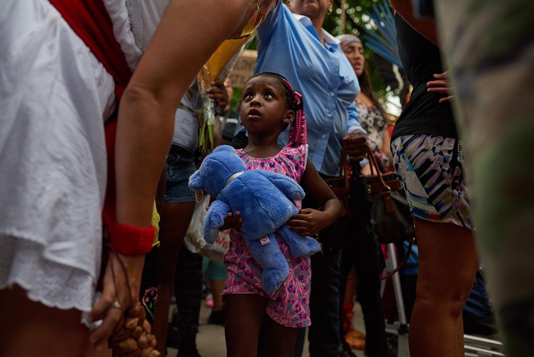 卡斯蒂爾(Philando Castile)的四歳女兒,在他生前工作的學校出席悼念活動。