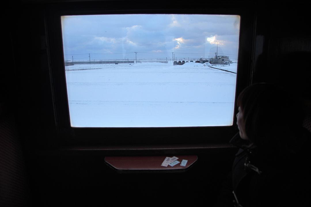 火車上傍著暖爐望著窗外的景色。