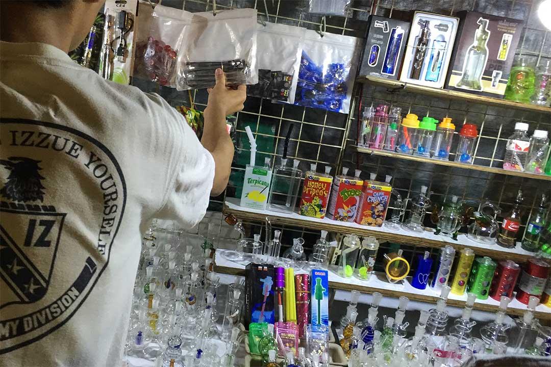 有人會用一些帶有吸管的瓶子作吸食冰毒的器具。