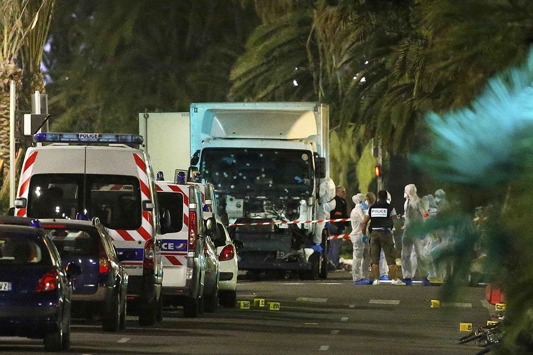 警方在滿布彈孔的貨車進行調查。