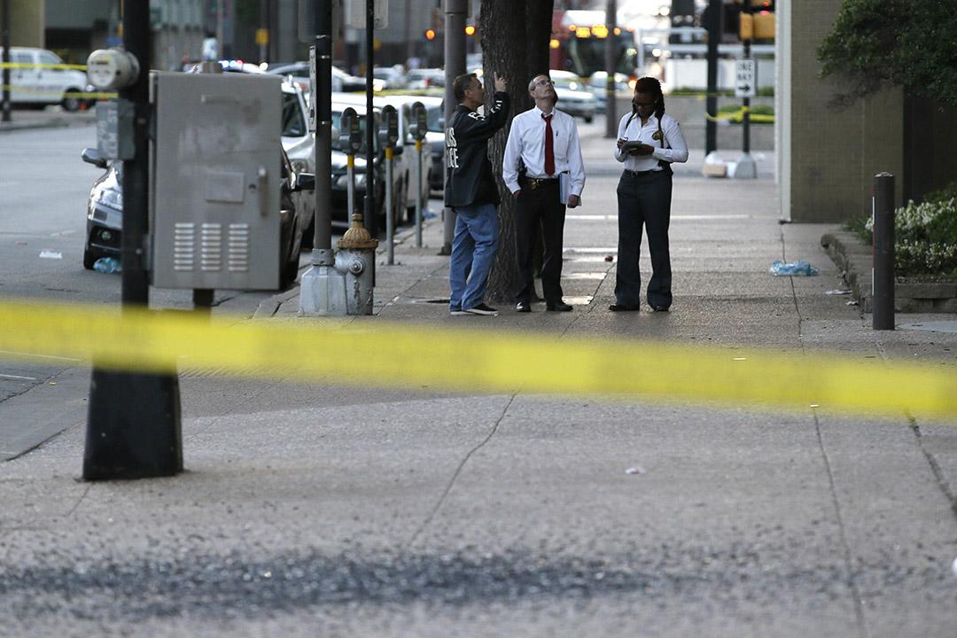達拉斯槍擊案後清晨,警方在現場調查。