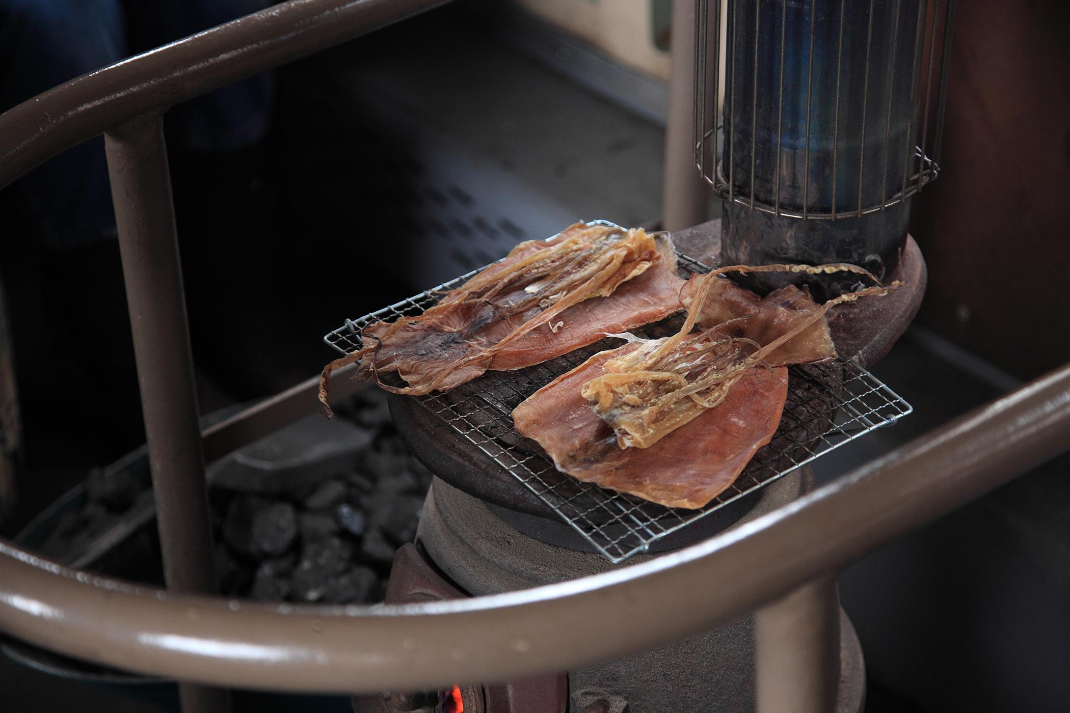 現烤魷魚是列車的一大特色。