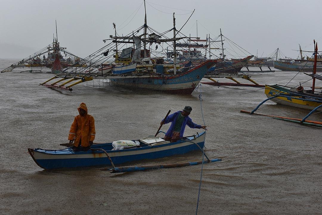 漁民忙著為漁船進行補給。