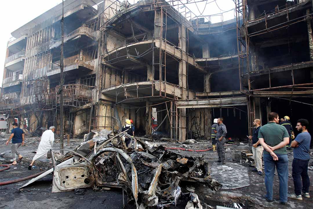 2016年7月3日,巴格達一個購物區發生炸彈襲擊後,群眾在當地聚集。