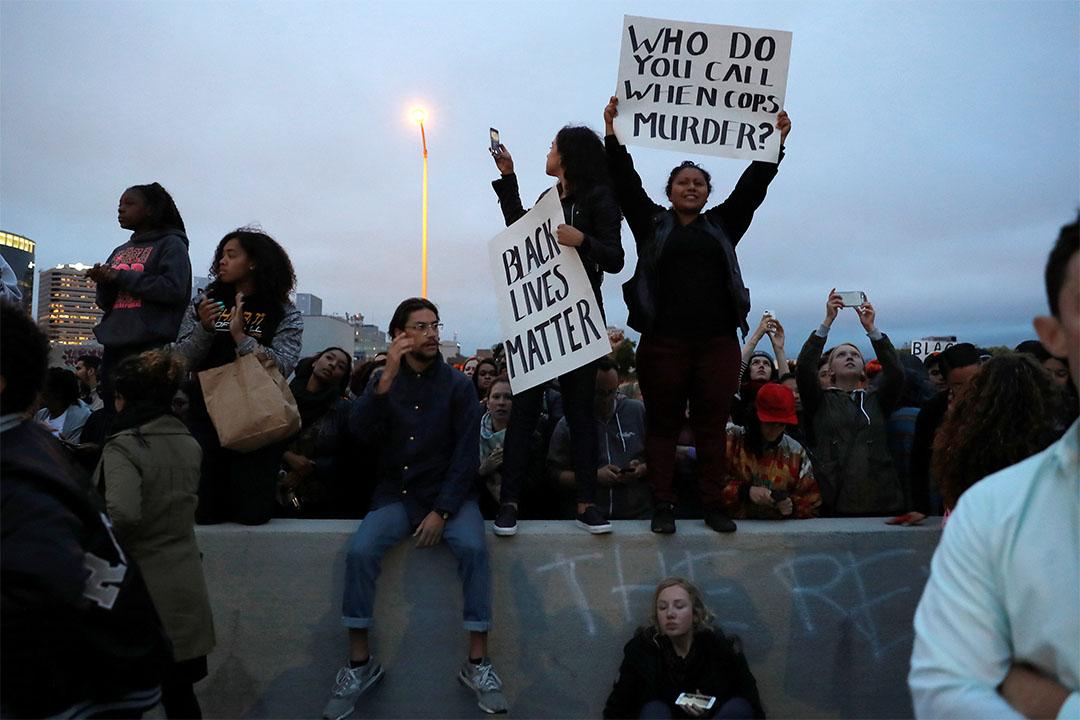 2016年7月7日,美國加州一條高速公路上,示威者抗議一連兩宗黑人遭槍殺案件。