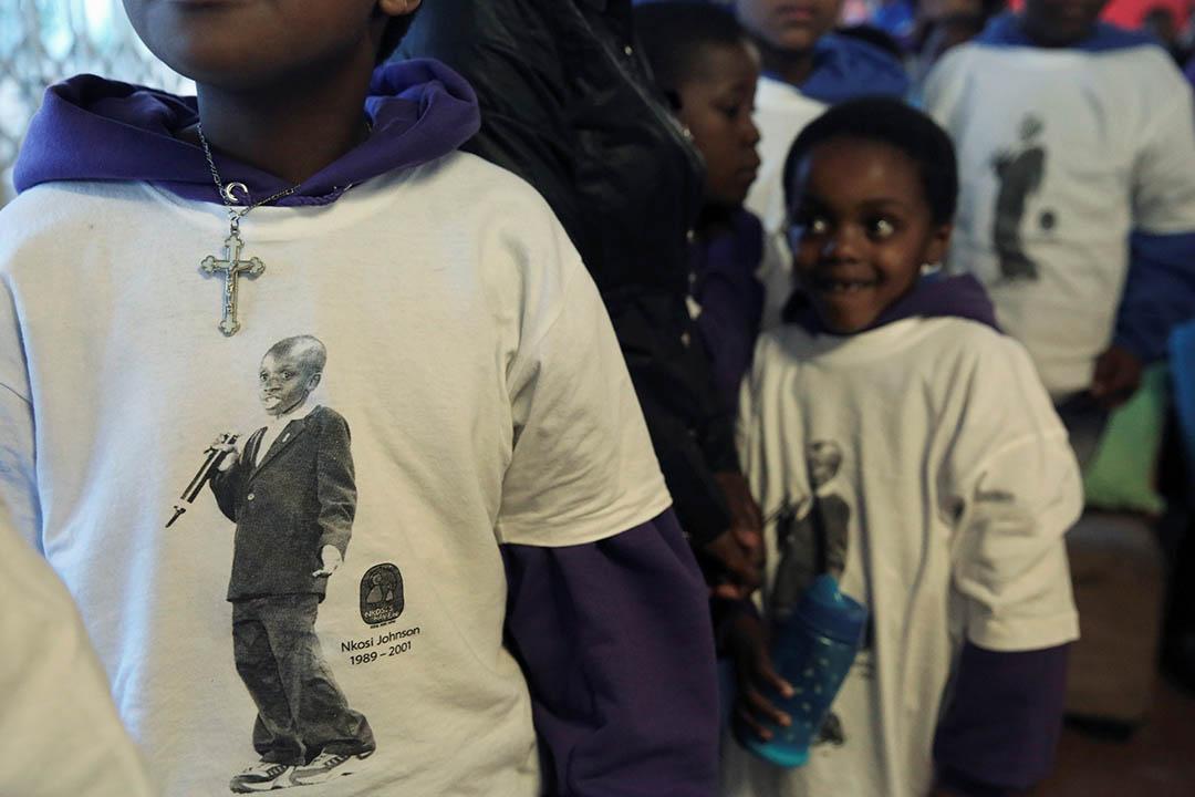 南非兒童身穿為紀念年僅12歲死於愛滋病的恩科西約翰遜的紀念衣服。