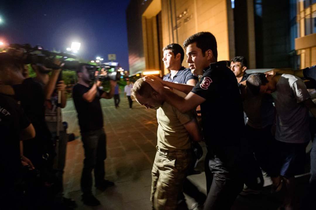 警方逮捕涉嫌參與政變者。