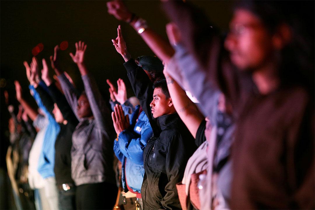 2016年7月7日,美國加州一條高速公路上,示威者抗議兩宗黑人遭槍殺案件,在警員面前舉高雙手。