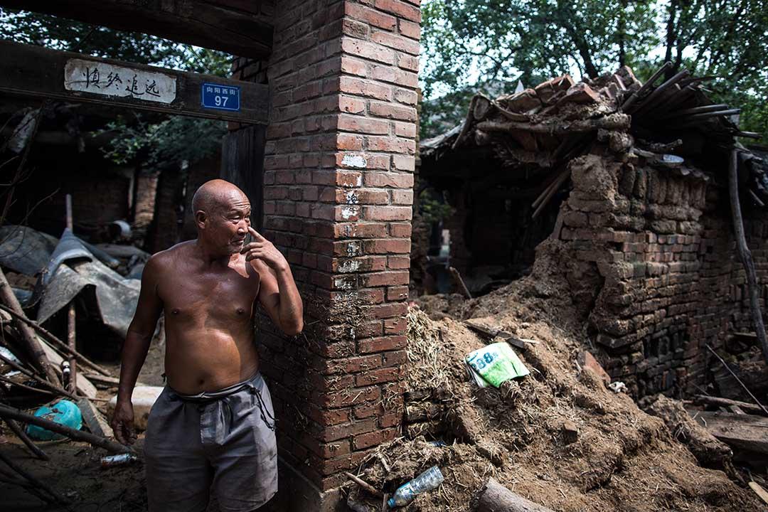 村民的房子被洪水被壞。工作人員為了修河道,有些村民的房子和廠子都要被拆。