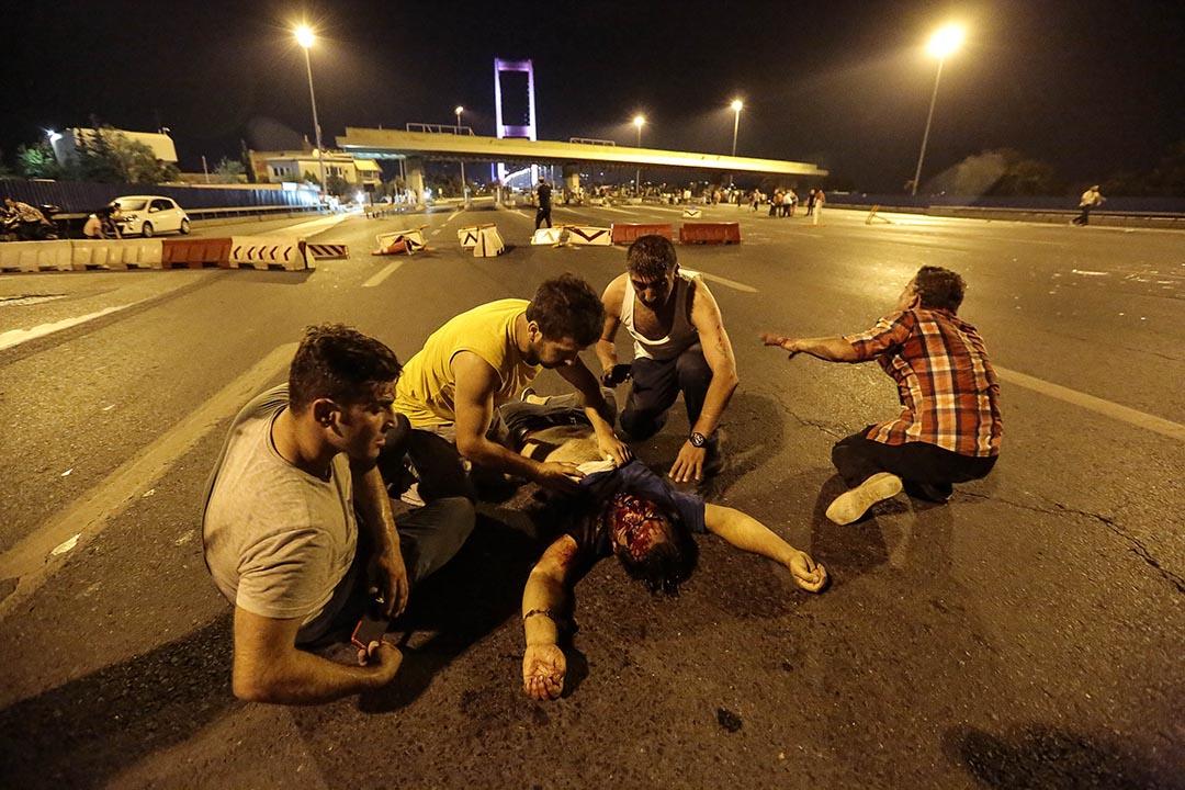 衝突後一名男子受傷倒在地上。