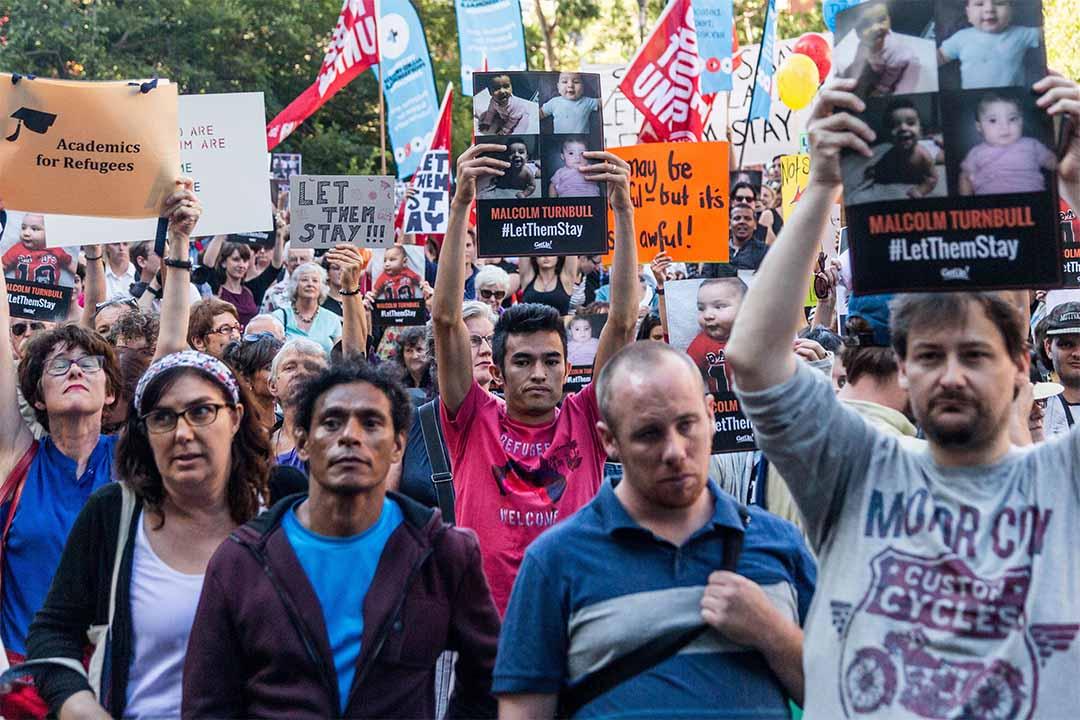 圖為2016年2月8日,澳洲墨爾本,示威者手持標語,要求政府停止拘留難民於瑙魯難民營。