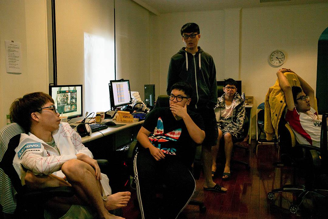 《英雄聯盟》港澳台地區的職業聯賽目前都在台灣進行,戰隊的公司——香港電子競技(HKEsports)也將集訓基地設在台北,戰隊成員平常會在三層樓高的別墅內討論戰術。