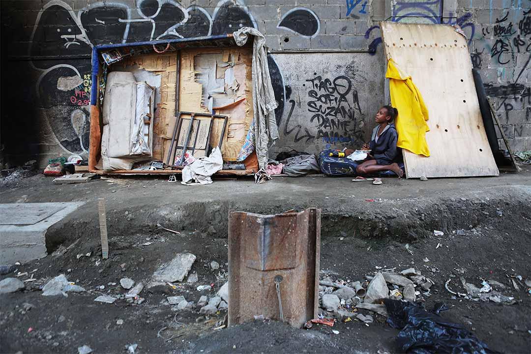 2016年6月17日,巴西里約熱內盧,一個無家者坐在重建區內。