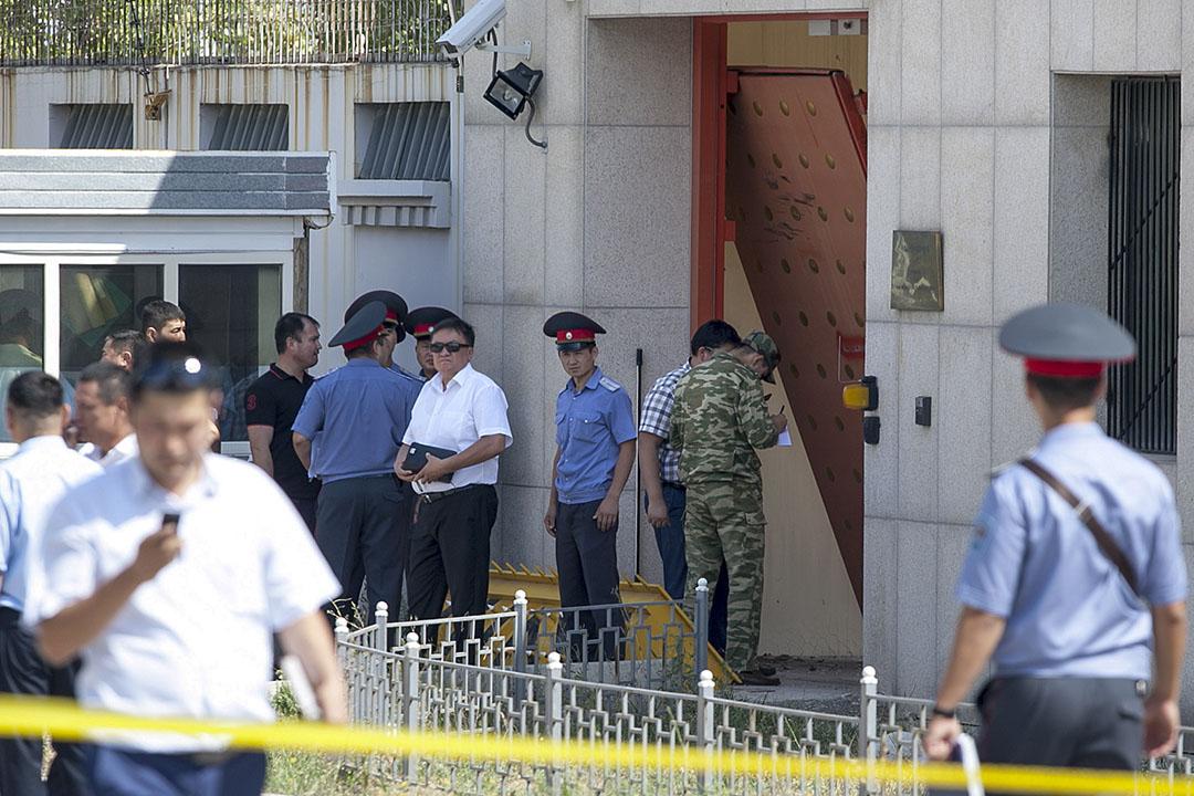 2016年8月30日,中国驻吉尔吉斯大使馆发生爆炸案,事发警方在现场调查。
